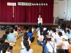 開幕式上、校長陳雪霞要同學們聽從老師指導、注意安全。