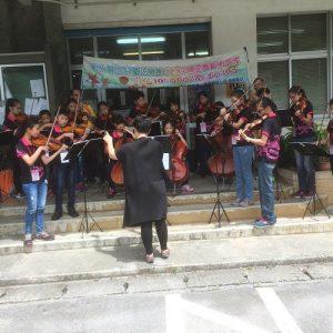 彰化縣立兒童弦樂團在當地鄉公所前進行快閃演出,吸引民眾駐足欣賞