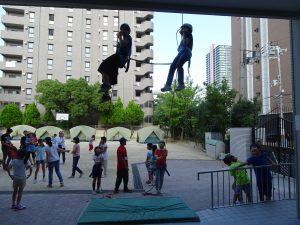 參加垂吊的同學由2樓緩緩下降
