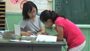來自台灣的教師團隊耐心指導暑假作業