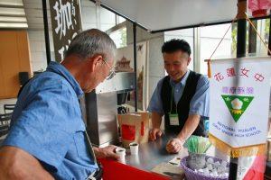 現場販售台灣咖啡吸引民眾品嘗