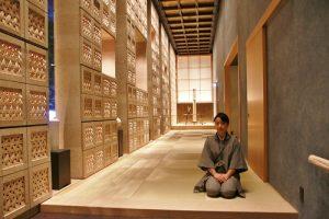 進入虹諾夕雅東京就有服務人員迎接,一旁則飾有設計感的日本竹製鞋櫃