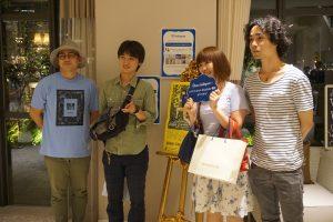 来場者、1組1組と交流した谷内田監督(左1)と中野さん(右1)