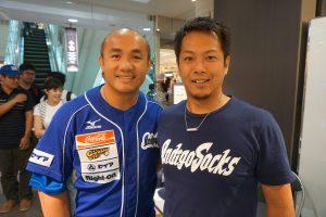 張泰山内野手(左)と南啓介代表取締役