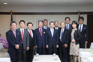 日本中華聯合總會會長毛友次(前排右4)率領各地僑會會長至代表處拜會代表謝長廷(前排右3)