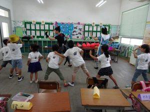 化身貓咪先生及紅心皇后的兩位老師帶領小朋友熱舞