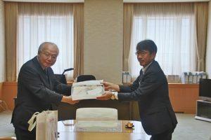 駐日副代表郭仲熙(左)和群馬縣副知事村手聰交換紀念品