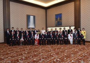 松本理事長(2列目右8)の受賞は日台関係で初めて(提供:外務省)