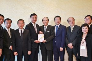 立法院長蘇嘉全(左4)捐贈 2455萬4911元新台幣至熊本災區,由交流協會會長大橋光夫(右5)代表收下