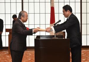 外務大臣表彰個人賞の表彰状を受けとる松本彧彦氏(提供:外務省)