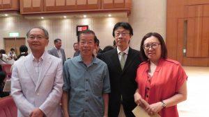 右起 台灣新聞社錢妙玲社主 台醫人協會大山青峰醫生 等僑胞與謝長廷代表合照