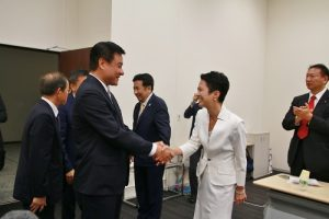 日本民進黨代表代行蓮舫歡迎(前方著白衣者)立法院長蘇嘉全等人到訪