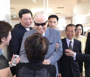 空港では多くの関係者らが出迎えた