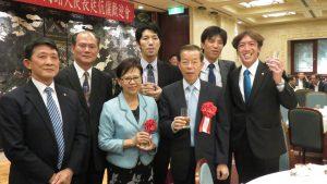 左起 羅鴻健會長 橫濱粘信士處長 謝長廷代表伉儷