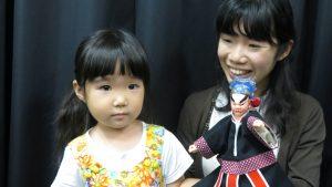 小觀眾跟著媽媽操作布袋戲偶