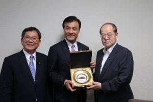 (左起為)立委陳明文、立法院長蘇嘉全和東京國立博物館館長錢谷真美交換紀念品