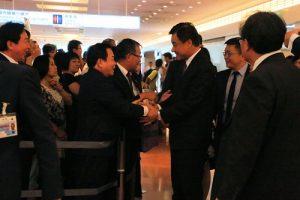 日本中華聯合總會會長毛友次等人在機場迎接立法院長蘇嘉全率領的訪團