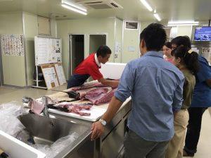 大阪中華總會青年部成員仔細聆聽專家說明鮪魚解體