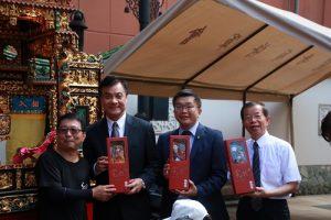 弘宛然布袋戲團長吳榮昌(左1)贈送布袋戲偶給立法院長蘇嘉全、副院長蔡其昌和駐日代表謝長廷
