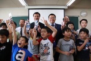 橫濱中華學院安排學童表演,歡迎訪團一行人