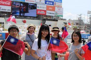 僑民和留學生揮舞國旗為光明國小舞蹈社加油打氣