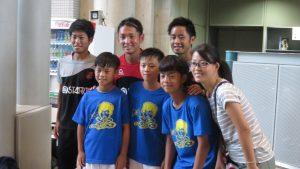 台灣家長小朋友跟負責指導的選手荒牧太郎〈後排中〉翻譯江德智揚〈後排右〉合影