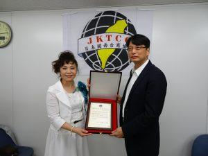 張處長頒贈協助台南震災感謝狀予第23屆世總總會長候選人謝美香