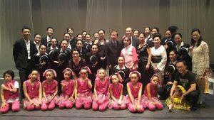 駐日代表謝長廷與「Jazz Dance Studio PAL」舞蹈社公演團員合影