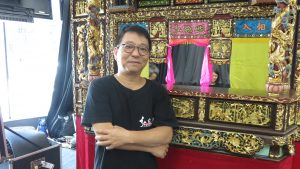 弘宛然古典布袋戲團團長吳榮昌帶著原裝舞台來日本演出