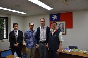 隨團參訪並擔任口譯的GRIPS博士黃俊揚(左1)認為政府可從日本深入新南向政策,會有更好的效果(圖右1為教育組組長林世英)