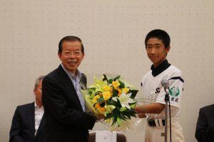杉並區軟式棒球選手代表贈花給駐日代表謝長廷(左)