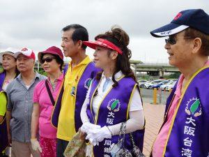 會長王坤保(右3)及名譽會長謝美香(右2)與會員一同聽清掃說明
