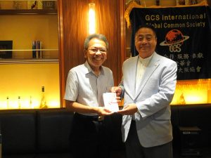 會長李忠儒贈紀念品予駐大阪辦事處僑務組前係長蔡元良 感謝他多年來服務僑界的辛勞
