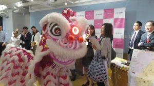 橫濱中華學院的舞獅與現場來賓互動