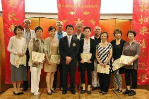 橫濱華僑總會會長羅鴻健恭喜會內滿70歲的會員以新生兒身分加入長壽學園