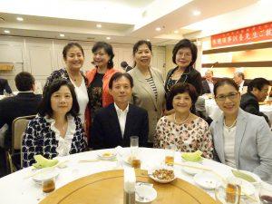 駐大阪辦事處新處長陳訓養與大阪中華總會婦女會成員及大阪中華學校校長(右前排1)合影