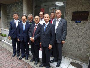 新處長陳訓養(左2)與大阪中華總會理監事合照於會館前