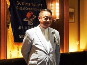 會長李忠儒為大家準備了月餅、希望大家在海外開心過節。