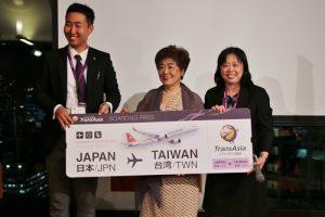 台灣觀光協會東京事務所所長鄭憶萍(右)應邀出席並擔任抽獎嘉賓