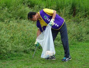 會長王坤保默默撿垃圾、十分專注。