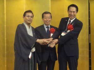 日台の絆を確かめ合う堅い握手 左:遠藤議員連盟会長、中:謝代表、右:尾花正啓・和歌山市長