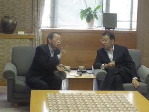 知事室での懇談(左:謝代表、右:山田府知事)