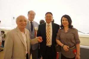 内覧会にて。左から自在置物職人の冨木宗行氏、原田副館長、宋氏夫妻