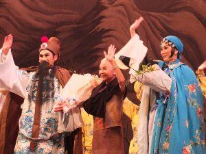 舞台から手を降る廖瓊枝さん(中央)
