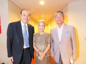 左から台湾文化センターの朱文清センター長、台湾人間国宝の廖瓊枝さん、日本中華連合総会の毛友次会長