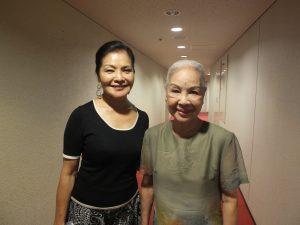 公演後のロービーにて、寒雲さんと台湾人間国宝の廖瓊枝さん