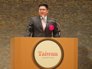 台湾観光局の劉喜臨副局長は台湾おもしろカードを紹介