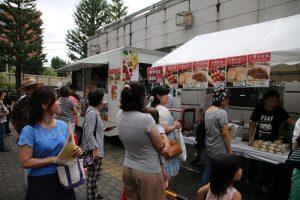 場外有道地的台灣料理吸引民眾排隊品嘗