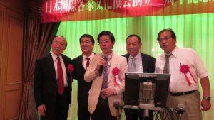 日本友人跟客家華僑一同上台高歌