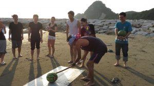 沙灘上矇眼打西瓜